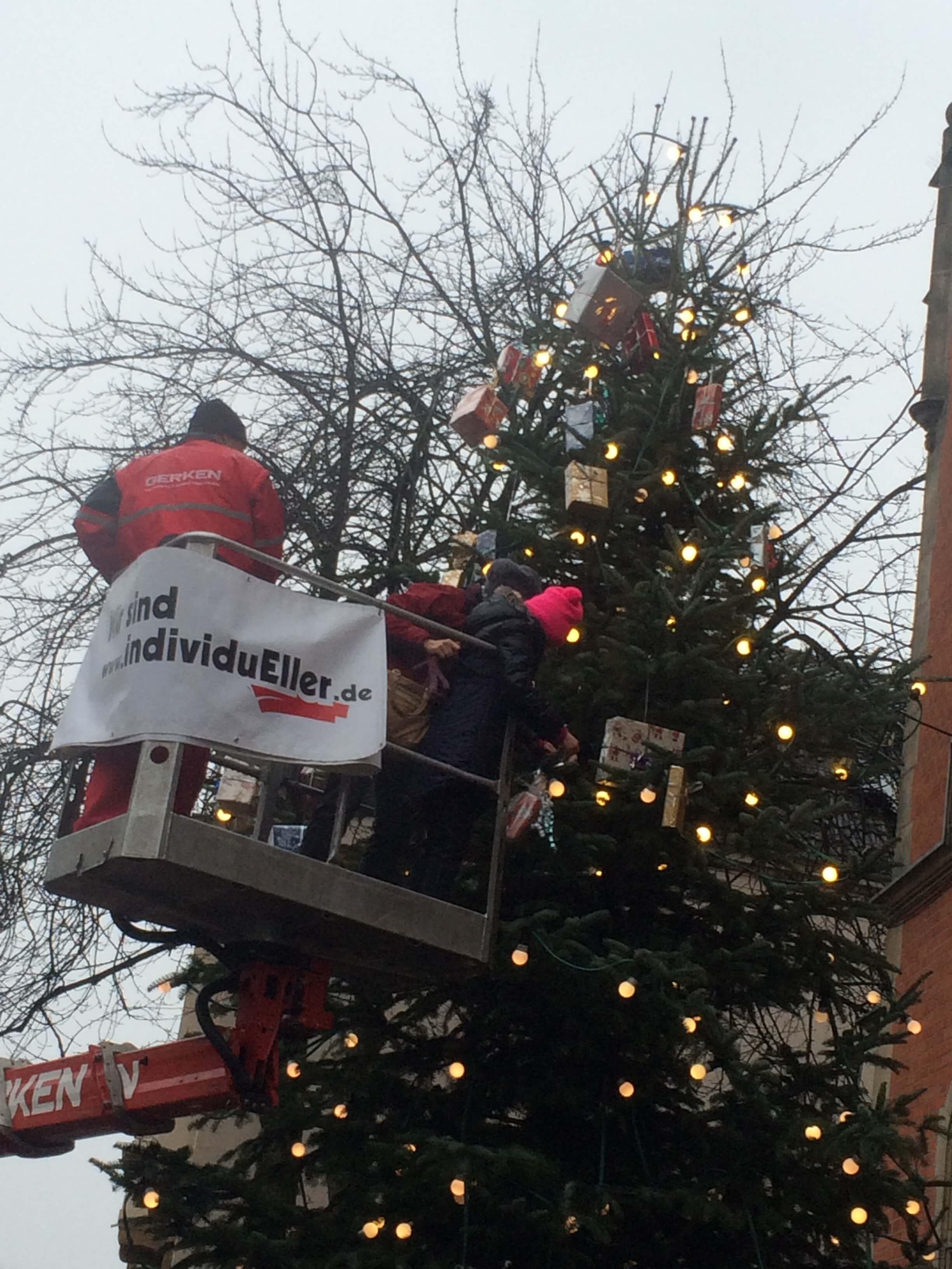 Weihnachtsbaumschmücken vor dem Rathaus